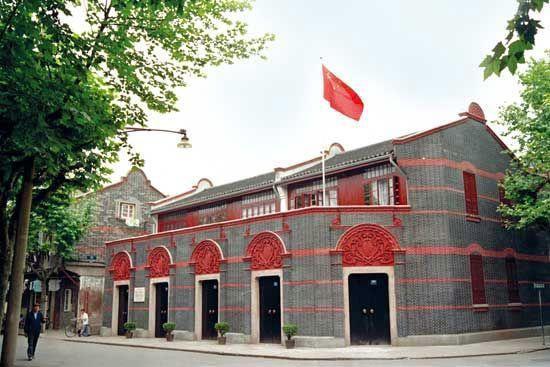 这是一幢建于一九二零年的具有上海地方风格的石库门楼房,也有着石库门特有的红色青色红色砖墙。馆内共有藏品10万余件,珍贵文物2万余件,其中国家一级文物118套(416件),包括珍贵的烈士遗物。