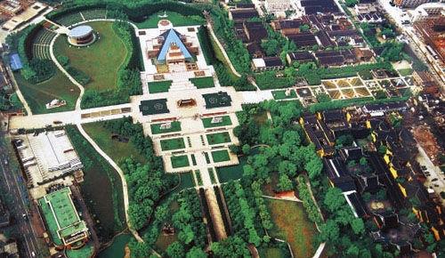 """素有""""上海雨花台""""之称,纪念馆分8个展厅,以1000余件文物和大量照片、图片,展示自鸦片战争以来,战斗和牺牲在上海的200多位革命先烈的光辉业绩。陵园内有全国著名雕塑家塑造的10座大型纪念雕塑和集当代书法大成的龙华烈士诗词碑林。"""