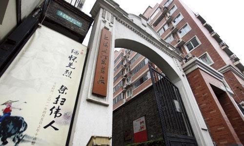 1924年,31岁的毛泽东在上海甲秀里318号底楼一间厢房里住了十个月。他的真实身份(中央执行委员和中央局委员)鲜为人知。如今的甲秀里依然保持着旧时外观,经过去年的保护性修缮后重新对外开放。青砖墙上镶嵌的是毛泽东的诗词碑刻。