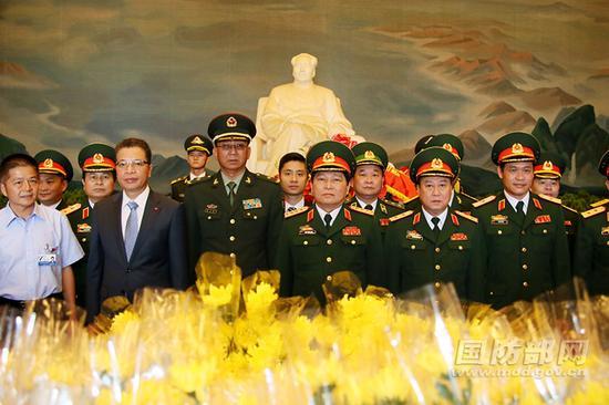 越南中央政治局委员、中央军委副书记、国防部长吴春历大将率越南代表团全体成员在毛主席雕像前留影。李晓伟摄